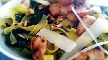 Makaron + młody szpinak + kurczak + orzeszki pinii + parmezan