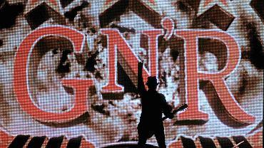 Sylwetka wokalisty Guns N'Roses na tle scenografii na koncercie w Rybniku w 2012 r.