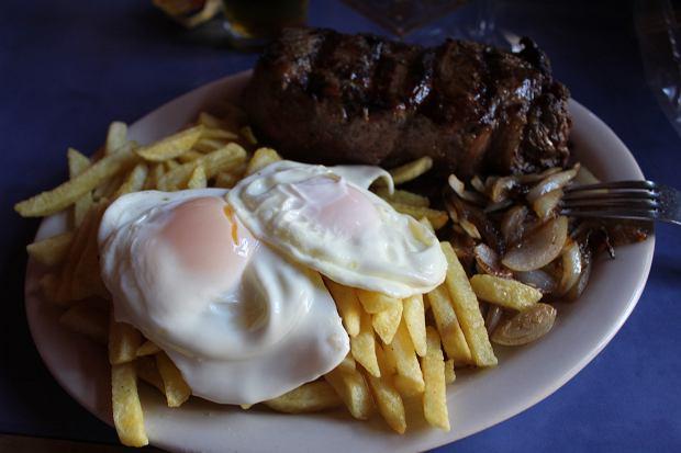 Typowe chillijskie danie - lomo o lo pobre, czyli 'mięso biednego mężczyzny'