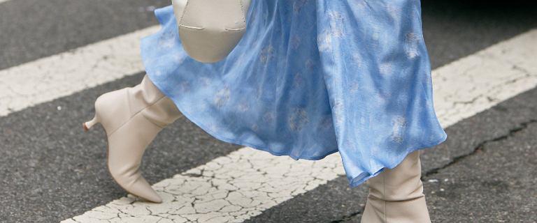 Sukienki baby blue. Najpiękniejsze kreacje w modnym kolorze z sieciówek