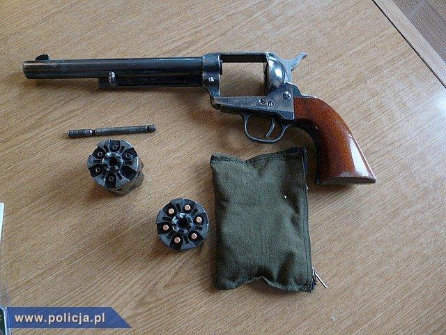 Broń zabezpieczona z mieszkaniu jednego z podejrzanych