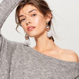sweter z asymetrycznym dekoltem