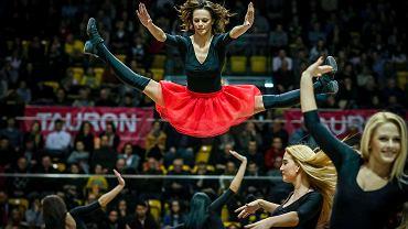 Czy cheerleaderki inspirują się innymi zespołami? - Tak, jeśli chodzi o energię, power, synchronizację czy przejścia w układach. Inne zespoły czerpią od nas, a my od innych. Patrzymy na dziewczyny ze Stanów, gdzie podejście jest bardziej taneczne, za to u nas i na Wschodzie gimnastyka jest na wysokim poziomie - tłumaczy Kasia.