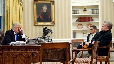 Donald Trump i Steve Bannon w Gabinecie Owalnym w Białym Domu. W głębi ówczesny prezydencki doradca ds. bezpieczeństwa gen. MIchael Flynn. Waszyngton,   28 stycznia 2017 r.