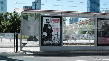 Jeden z plakatów z hasłami wymierzonymi w ministra zdrowia Łukasza Szumowskiego