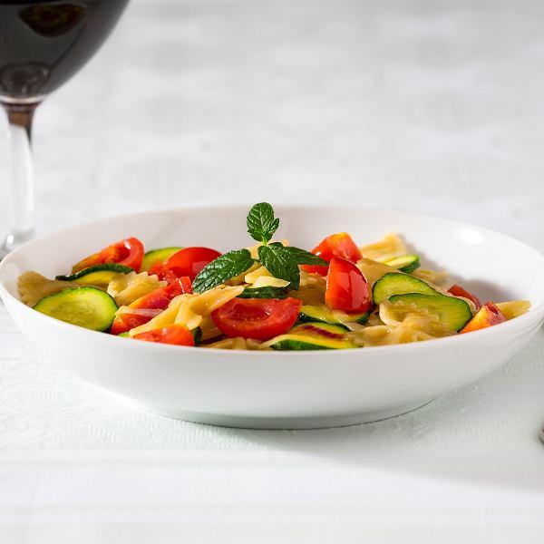 Makaron z warzywami to idealne danie na wiosnę. Jest lekkie, a jednocześnie sycące, robi się je bardzo szybko, a smakuje wybornie.
