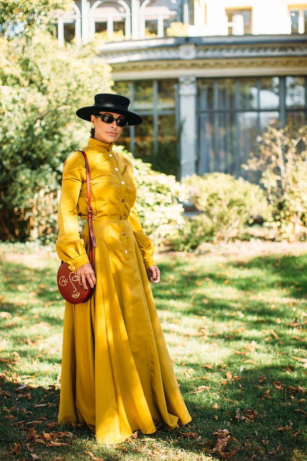 Żółta sukienka w wersji maksi podczas Paryskiego Tygodnia Mody