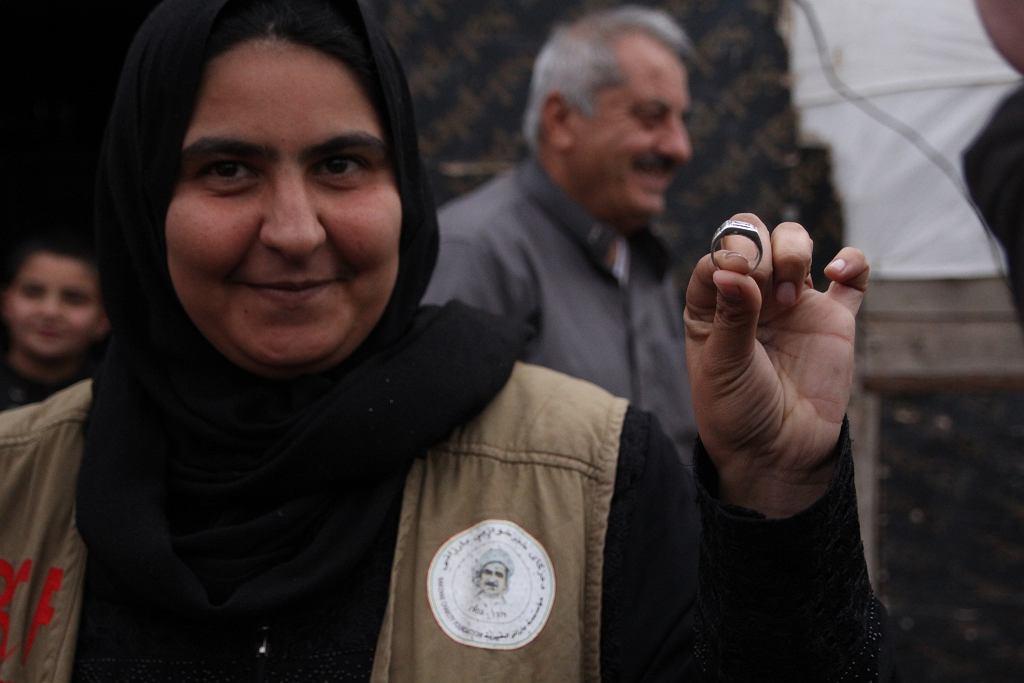 Tahani Ghanu pokazuje sygnet swojego męża zabitego przez Państwo Islamskie