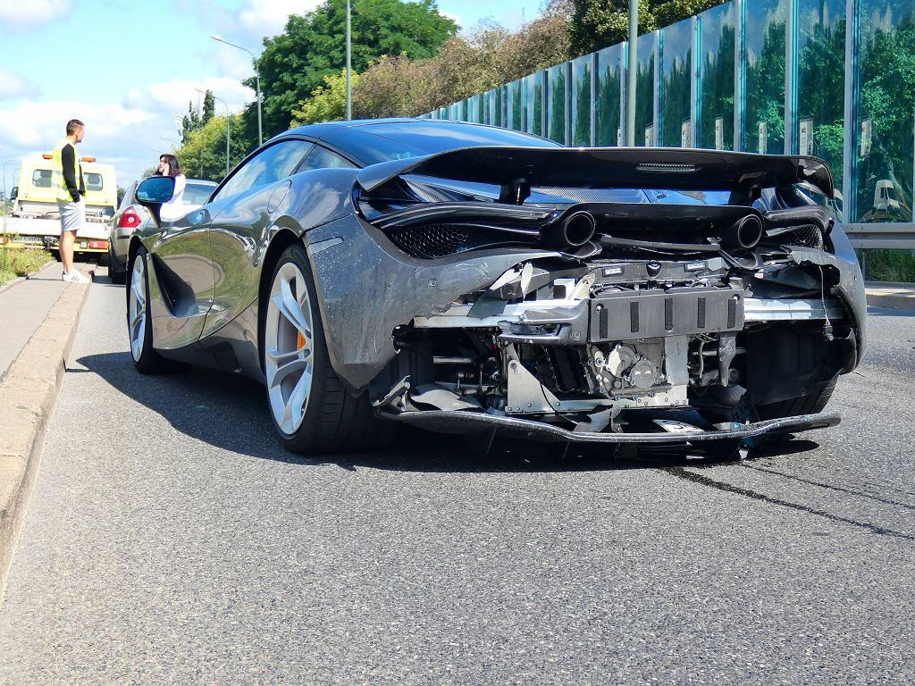 Kolizja na Wale Miedzeszyńskim. Uszkodzone luksusowe auto
