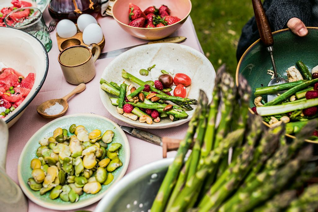 Szparagi z indykiem i malinami