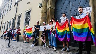 Pikieta środowisk LGBT przed kurią