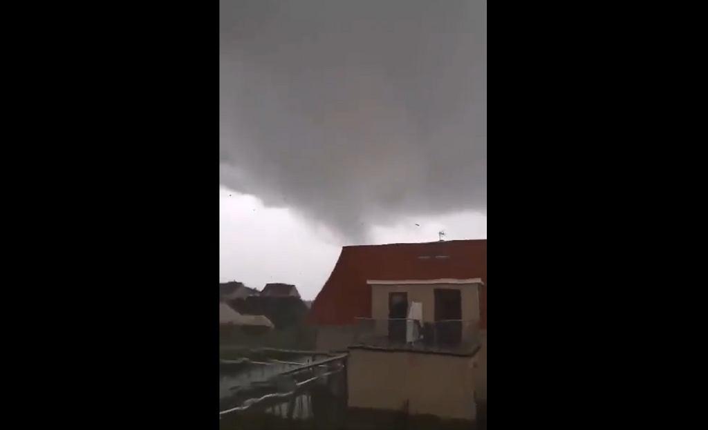 Trąba powietrzna w Ustroniu Morskim (fot. Twitter/@ZLB_Poland)