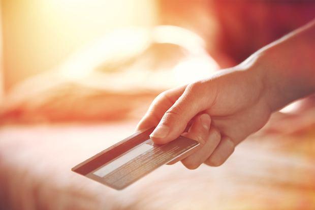 Karta na wakacje? Może warto mieć opcję wielowalutową i nie płacić spreadów i prowizji za bankomaty