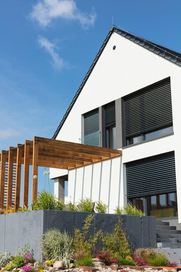 Nowoczesne żaluzje fasadowe są praktyczne i eleganckie. To dodatkowa ochrona przed słońcem i hałasem!