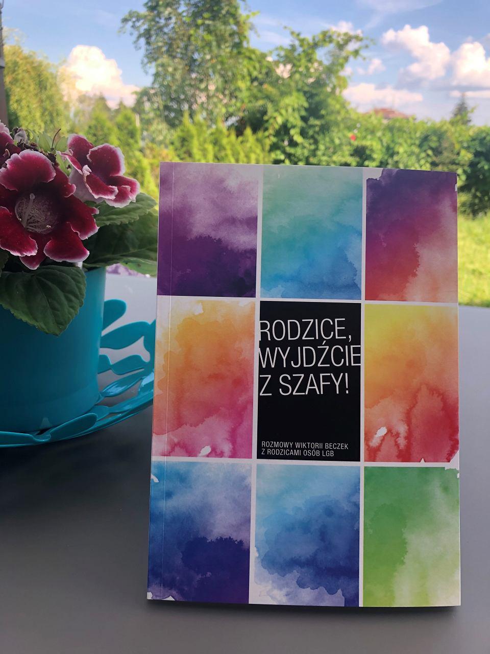 Książka Wiktorii Beczek 'Rodzice wyjdźcie z szafy' to cykl wywiadów z rodzicami gejów, lesbijek i osób biseksualnych. Wydawcą książki jest Stowarzyszenie Rodzin i Przyjaciół Osób Homoseksualnych, Biseksualnych i Transpłciowych Akceptacja. Książka jest dostępna nieodpłatnie w formie pliku PDF