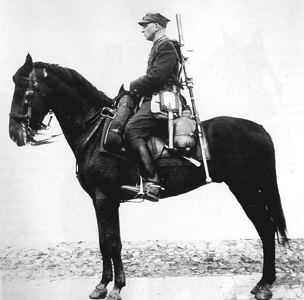 Polski ułan z karabinem Ur na plecach. Zdjęcie z instrukcji dla kawalerzystów wydanej w 1938 roku