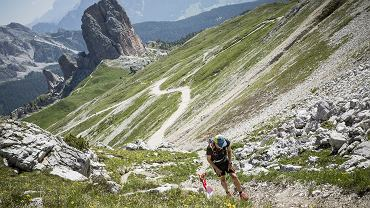 To jeden z najpiękniejszych biegów na świecie. 120-kilometrowa trasa biegnie przez zachwycające Dolomity, na wysokościach między 1300 a 2500 m.n.p.m., co daje w sumie 5800 metrów przewyższeń. Niezwykłe widoki czynią ten bieg marzeniem każdego miłośnika górskich maratonów. Najlepsi zawodnicy pokonują tę trasę w 12 godzin. Ci mniej wytrenowani są szczęśliwi, jeśli uda im się dotrzeć do mety w Cortina d'Ampezzo w 30 godzin.