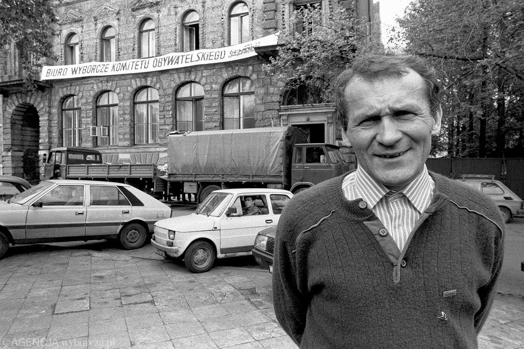 5.05.1989, Warszawa, Henryk Wujec przed siedzibą sztabu wyborczego Komitetu Obywatelskiego.