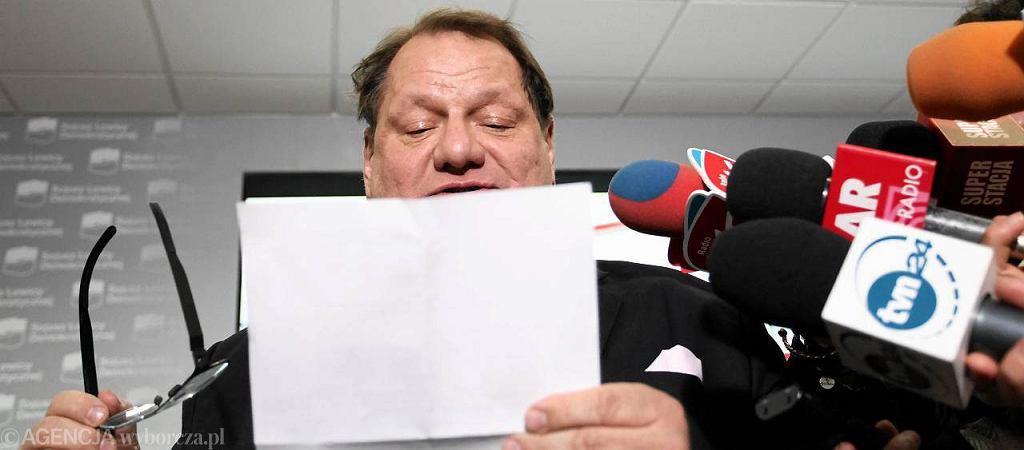 Ryszard Kalisz odczytuje dziennikarzom decyzję sądu partyjnego, który wykluczył go z SLD