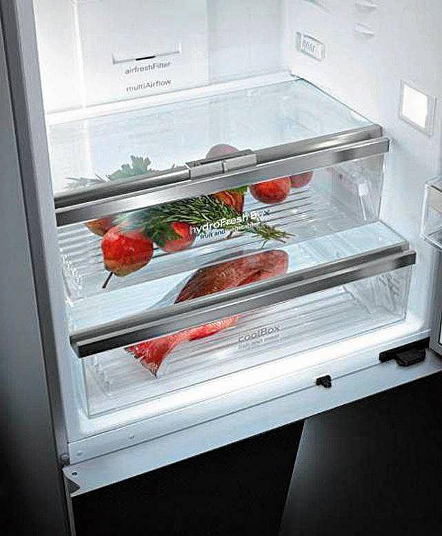 LODÓWKI. Specjalne szuflady: komora świeżości - wydzielona strefa z temperaturą bliską 0 st. C, hamująca procesy biologiczno-chemiczne zachodzące w świeżej żywności. Zapewnia trzykrotnie dłuższy czas przechowywania i stwarza idealne warunki dla produktów o różnych wymaganiach, gdyż zazwyczaj jest podzielona na dwie strefy: wilgotną o wilgotności 95 proc. i suchą o wilgotności 50 proc. W szufladzie strefy wilgotnej należy przechowywać warzywa i owoce. W szufladzie strefy suchej najdłużej zachowają swoje właściwości wędliny, mięso, ryby i nabiał. Fot. Electrolux
