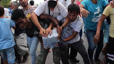 Walka o wodę dystrybuowaną wśród migrantów przez władze lokalne na Lesbos, 12 września 2020.