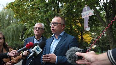 Kielce, 28 września 2019. Artur Gierada przy swojej postaci powieszonej na drzewie w parku na osiedlu KSM