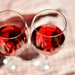 Farbowana woda - czy wypada mieszać wino z wodą?