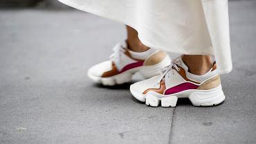 Sportowe buty na podwyższeniu