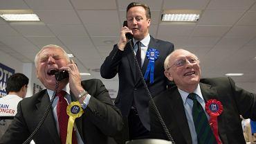 David Cameron (w głębi) jeszcze jako premier Wielkiej Brytanii podczas kampanii ws. brexitu (wspierał ruch namawiający do pozostania w UE), udziela odpowiedzi w centrum telefonicznym w Londynie, 14 kwietnia 2016 r.
