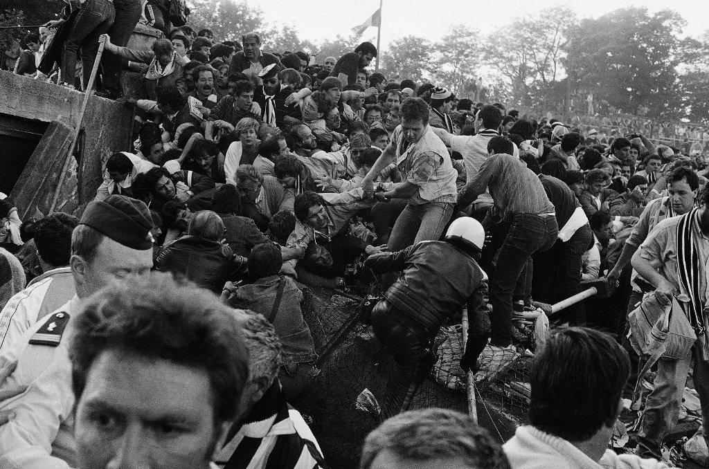 29. maja, 1985 r., Heysel. To właśnie pamiętna tragedia, po której angielskie kluby zostały wyrzucone z pucharów. Zawalona ściana, panika kibiców. Finał <b>Liverpool - Juventus</b> nie zdążył się jeszcze zacząć.<br><br>Liverpool dominował w tym czasie w rozgrywkach, wygrywając je cztery razy w latach 1977-1984. Niespodziewanie, tym razem zwyciężył Juventus, a jedynego gola strzelił <b>Michel Platini</b>. Mecz rozegrany jednak został w cieniu wydarzenia, w którym śmierć poniosło 39 osób