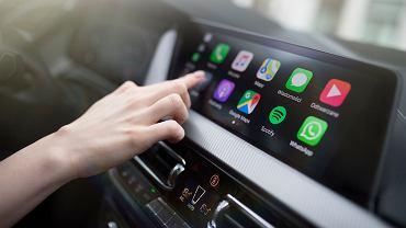 Apple CarPlay działa bez konieczności podłączania telefonu kablem