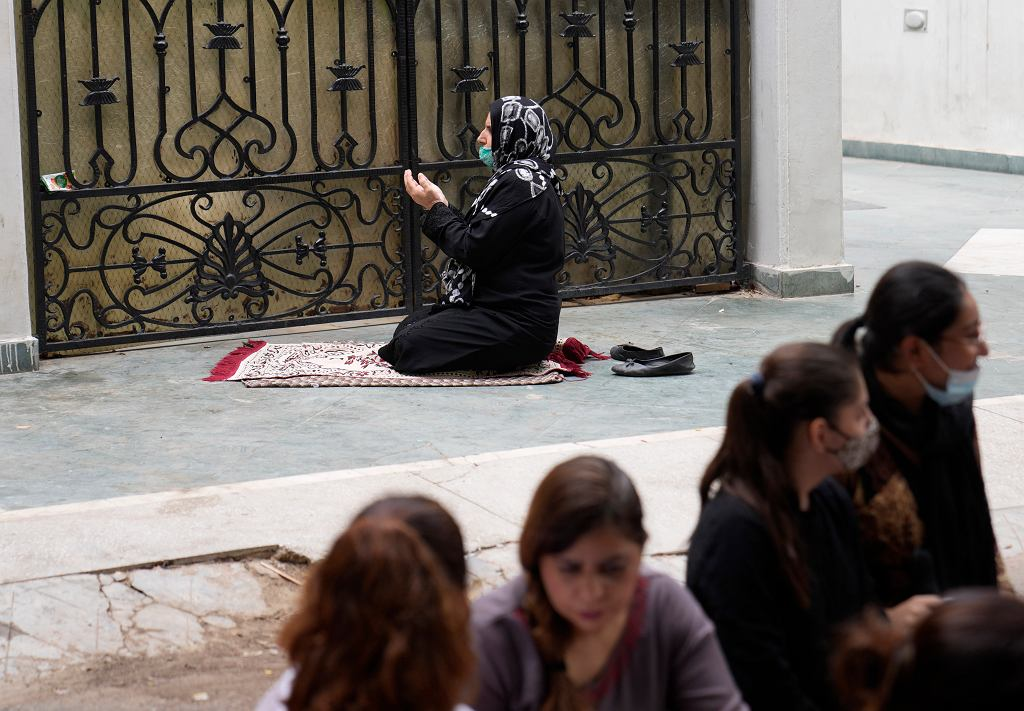 Indie. Afgańska kobieta modli się za swój narów po przejęciu władzy przez talibów