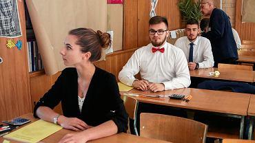 Wykładowcy uniwersyteccy spotykający się ze studentami