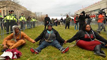 Protestujący skuli się łańcuchami przed wejściem na inaugurację Trumpa