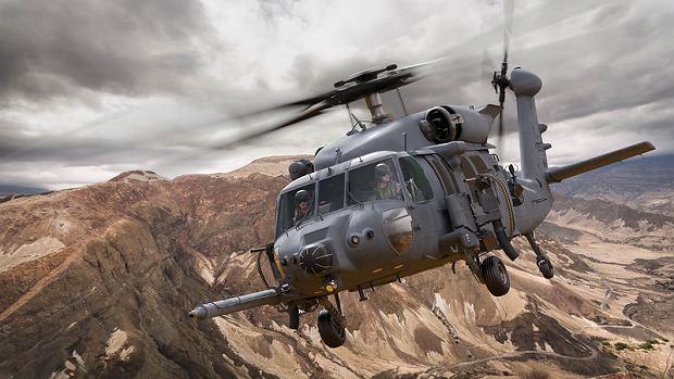 Grafika przedstawiająca black hawka zmodyfikowanego zgodnie z potrzebami komandosów lotnictwa wojskowego USA - wariant HH-60W. Zwłaszcza na dziobie widać dodatkowe wyposażenie