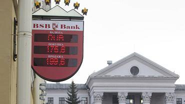 Kursy walut na oknie banku w Mińsku, 18.12.2014 r.