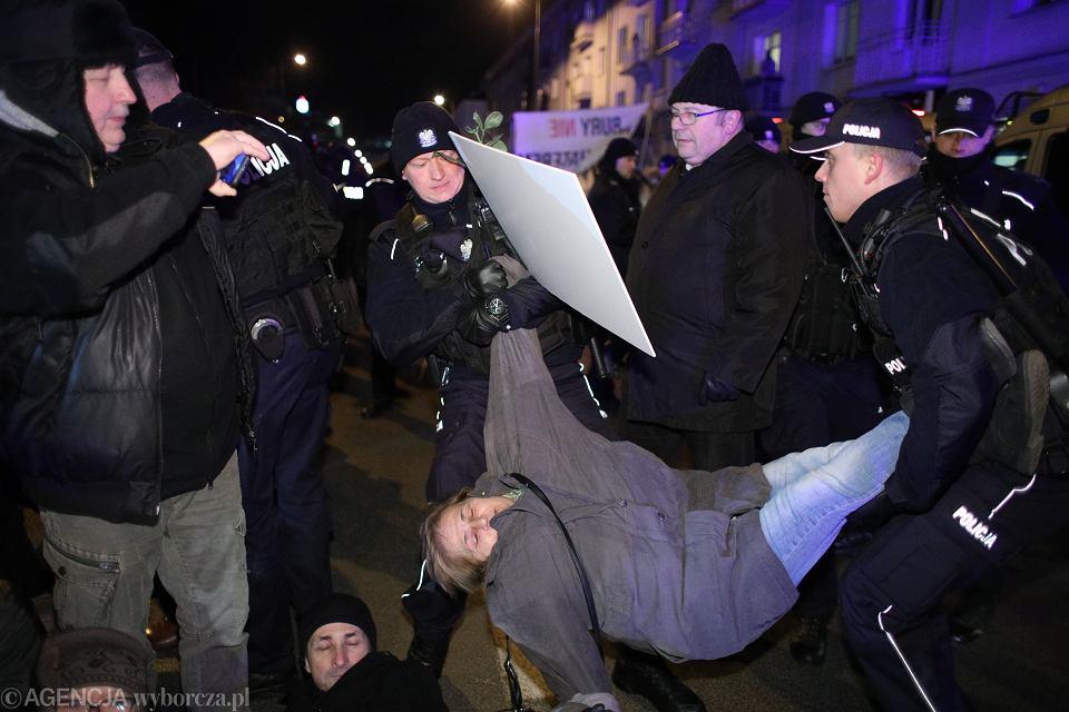 Interwencja funkcjonariuszy policji wobec osób blokujących organizowany przez skrajną prawicę 'Marsz Żołnierzy Wyklętych'. Warszawa, 1 marca 2019