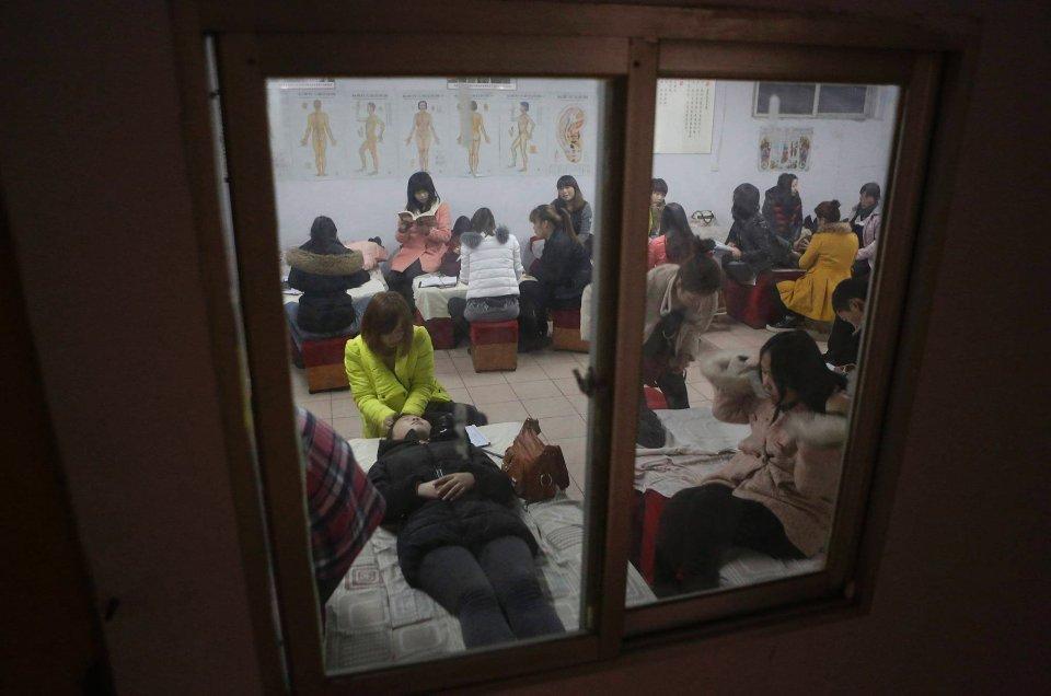 Bycie masażystką w Chinach otwiera drogę do awansu społecznego i jest sposobem na wyrwanie się ze wsi do miasta, gwarantując stała pracę i stabilne zarobki. Na zdjęciu: kurs dla przyszłych masażystów organizowany przez firmę Huaxia Liangtse w miejscowości Zhengzhou (prowincja Henan).
