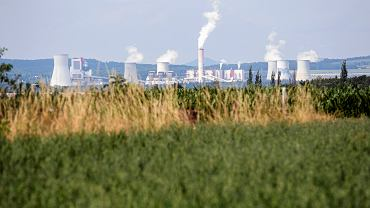 Widok na kopalnię i elektrownię Turów z czeskiej wsi Uhelna, w której brakuje wody.