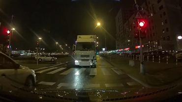 Warszawa. Pijany kierowca ciężarówki uszkodził 10 aut, zderzył się z czołowo z fordem