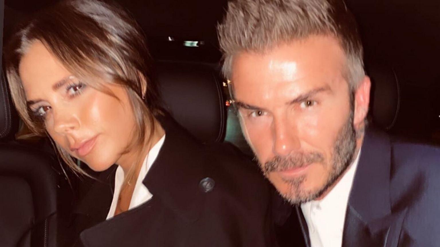 Victoria i David Beckham wybrali się do Paryża. Projektantka założyła tak ciasne spodnie, że mąż musiał jej wiązać buty. Nie był z tego zadowolony