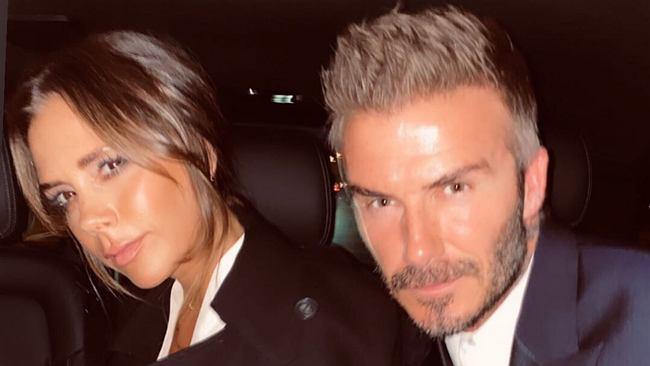 Victoria i David Beckham wybrali się do Paryża. Projektantka założyła tak ciasne spodnie, że mąż musiał jej wiązać buty