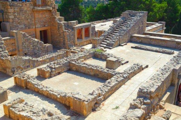 Ruiny pałacu w Knossos - perła kultury minojskiej. Pałac uznawany jest za hipotetyczny labirynt legendarnego króla Minosa, w którym więziony był Minotaur.