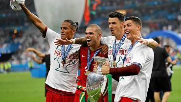 Bruno Alves, Pepe, Jose Fonte i Cristiano Ronaldo świętują zdobycie pucharu