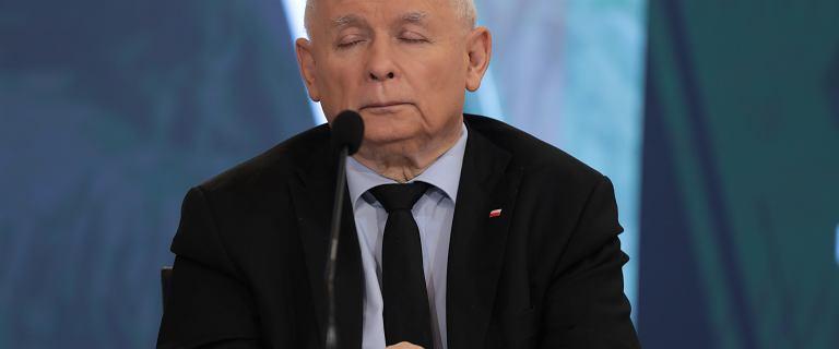 """Kaczyński na konferencji. Nagły telefon i """"usypiający głos ministra Błaszczaka"""""""