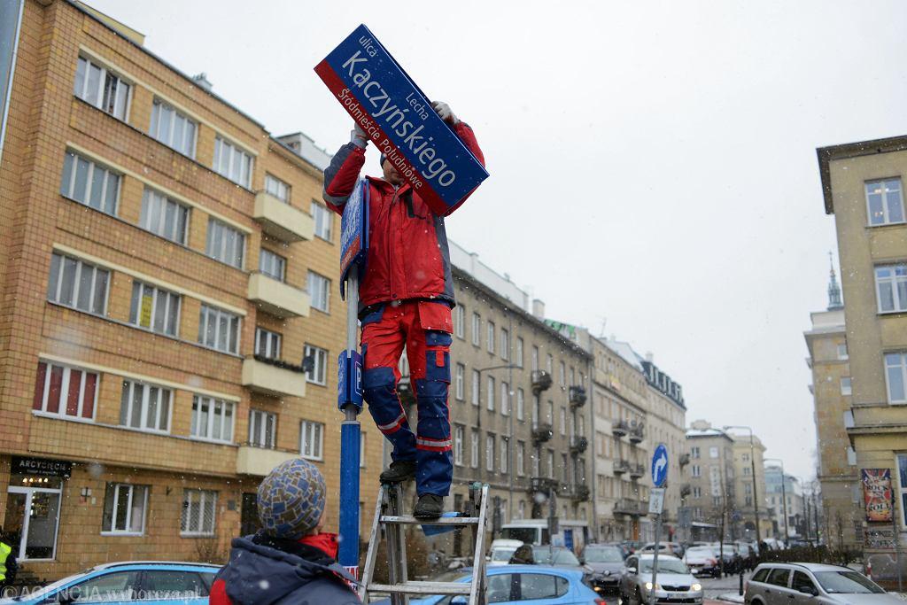 Demontaż tablicy z nazwą 'Ulica im. Lecha Kaczyńskiego'