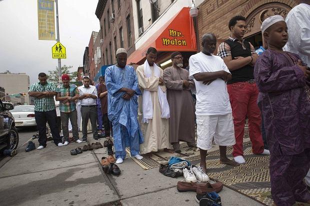 Muzułmanie przed meczetem na Brooklinie