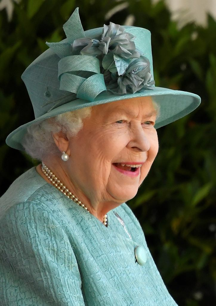 Królowa Elżbieta jest bardzo radosna za zamkniętymi drzwiami pałacu