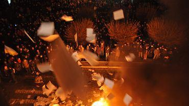 Protestujący palą dokumenty wyrzucane z siedziby lwowskiej prokuratury