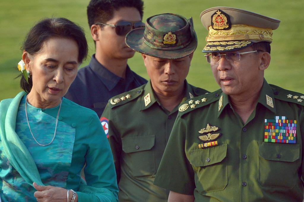 Przywódczyni Mjanmy Aung San Suu Kyi i gen. Min Aung Hlaing (z prawej) na zdjęciu z 6 maja 2016 r.